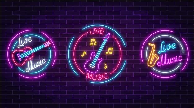 Insieme di simboli di musica dal vivo al neon con cornici di cerchio. tre segni di musica dal vivo con chitarra, sassofono, note. Vettore Premium