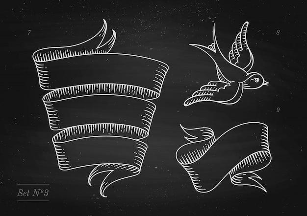 Insieme di vecchie bandiere del nastro dell'annata e disegno nello stile dell'incisione su uno sfondo di lavagna nera e texture. elemento disegnato a mano. illustrazione Vettore Premium