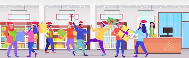 Acquirenti in coda di fila in lotta per gli acquisti sacchetti e confezioni regalo alla cassa uomini donne clienti sullo shopping stagionale vendita lotta concetto supermercato interno Vettore Premium