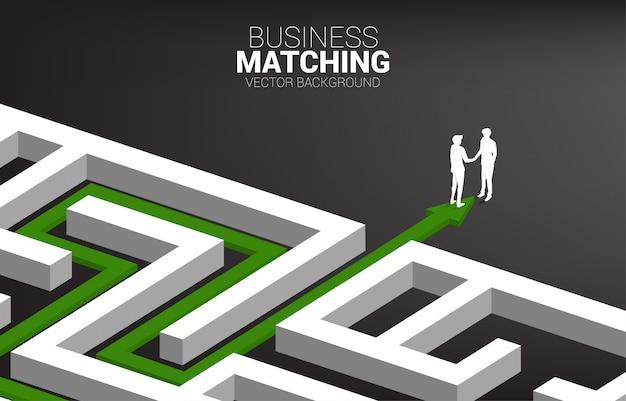 Siluetta della stretta di mano dell'uomo d'affari all'uscita da labirinto. concetto di business matching. collaborazione e cooperazione nel lavoro di gruppo. Vettore Premium