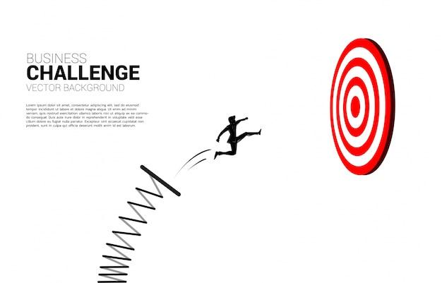Siluetta dell'uomo d'affari che salta per mirare al bersaglio. business concept di targeting e customer.route verso il successo. Vettore Premium