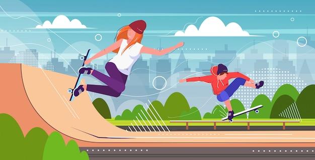 Coppia di pattinatori che eseguono acrobazie nel parco pubblico di skateboard con varie rampe per lo skateboard mix race guy girl adolescenti Vettore Premium