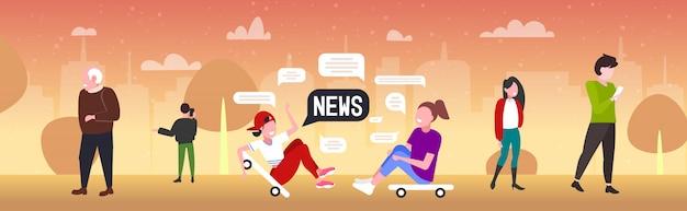 Pattinatori coppia seduta su skateboard discutendo notizie quotidiane chat bolla concetto di comunicazione. ragazzo ragazza rilassante nel parco urbano orizzontale figura intera Vettore Premium