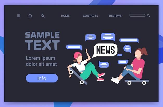 Pattinatori coppia seduta su skateboard discutendo notizie quotidiane chat bolla concetto di comunicazione. illustrazione orizzontale dello spazio della copia integrale Vettore Premium