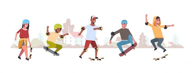 Pattinatori eseguendo trucchi in pubblico skate board park skateboard concetto mix gara adolescenti divertirsi cavalcando skateboard paesaggio sfondo piatto integrale lunghezza orizzontale Vettore Premium