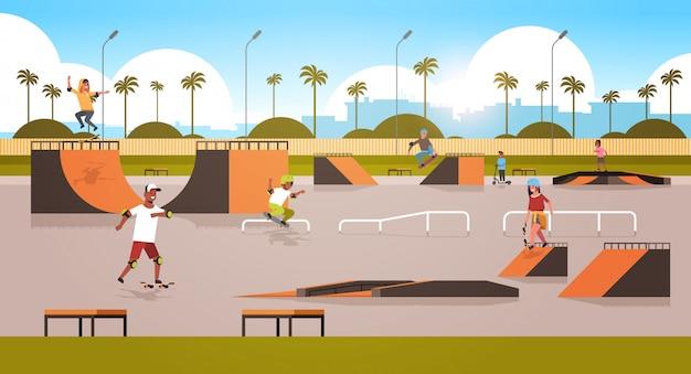 I pattinatori eseguono acrobazie nel parco skate board pubblico con varie rampe per lo skateboarding mix gara adolescenti che si divertono a cavalcare skateboard paesaggio urbano Vettore Premium