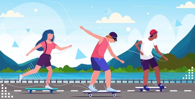 Pattinatori che eseguono acrobazie sul concetto di skateboard strada asfaltata lungomare Vettore Premium