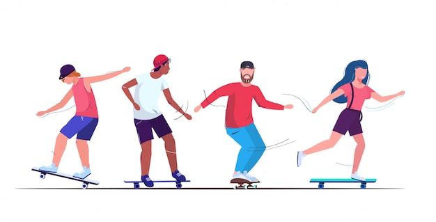 Pattinatori che eseguono acrobazie skateboarding concept mix gara adolescenti che si divertono a cavalcare skateboard Vettore Premium