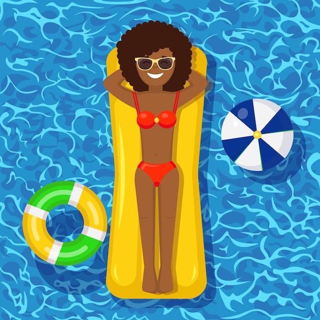 Sorriso ragazza nuota, abbronzandosi sul materasso ad aria in piscina. donna che galleggia sul giocattolo sul fondo dell'acqua. cerchio inabile. vacanze estive, vacanze, tempo di viaggio. illustrazione Vettore Premium