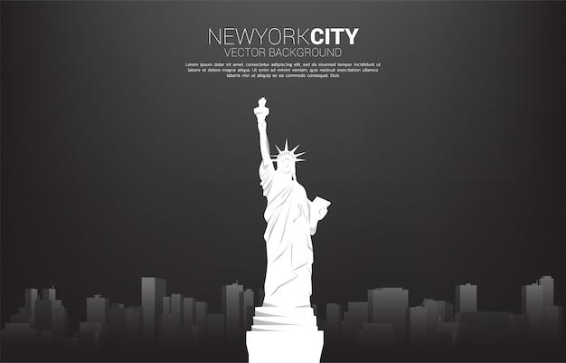 Statua della libertà e fondo della città. concetto del fondo per new york city. Vettore Premium