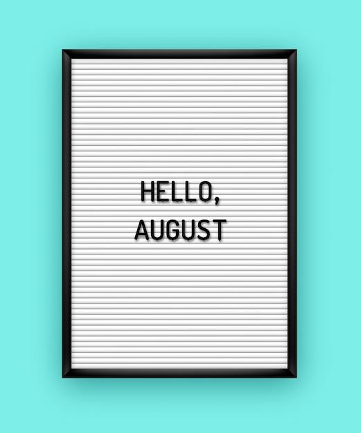 Estate ciao agosto scritte sulla lavagna bianca con lettere in plastica nera. . Vettore Premium