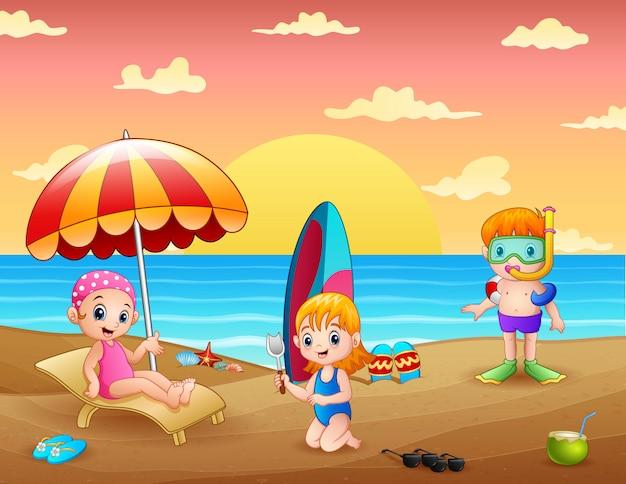 Vacanze estive con bambini sulla spiaggia tropicale Vettore Premium