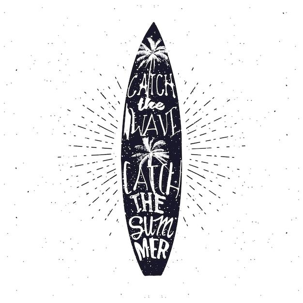 Poster di tipografia estiva relativa al surf in stile vintage monocromatico. cattura l'onda, cattura l'estate - scritte all'interno della tavola da surf Vettore Premium