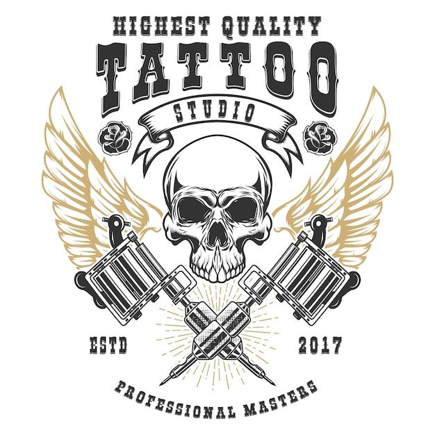 Modello di poster di tattoo studio. teschio alato con macchinette incrociate. elemento per logo, etichetta, emblema, segno, poster. illustrazione Vettore Premium
