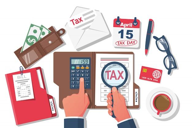 Pagamento delle tasse. uomo d'affari che lavora al tavolo con i documenti Vettore Premium