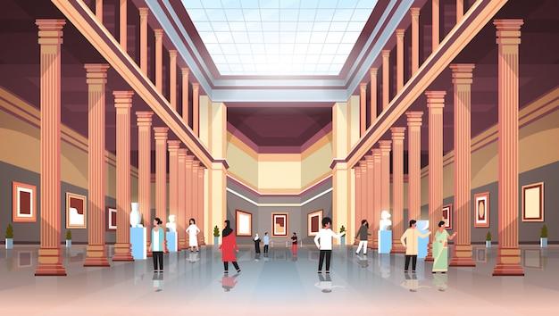I turisti visitatori nella classica galleria d'arte museo storico hall con colonne e soffitto in vetro interno alla ricerca di antiche mostre e sculture piatto orizzontale Vettore Premium