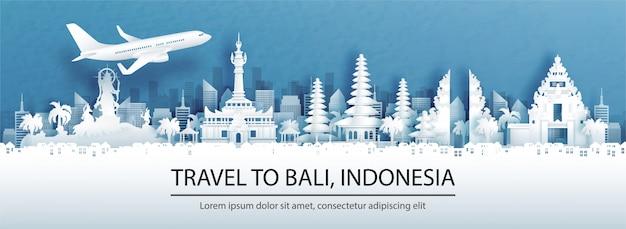 Pubblicità di viaggio con viaggi a denpasar, bali. concetto di indonesia con vista panoramica sullo skyline della città e monumenti di fama mondiale nell'illustrazione di stile del taglio della carta. Vettore Premium