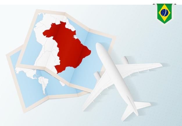 Viaggio in brasile, aeroplano vista dall'alto con mappa e bandiera del brasile. Vettore Premium