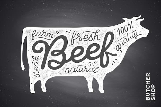 Alla moda con sagoma di mucca rossa e parole manzo, fresco, bistecca, naturale, fattoria. grafica creativa per macelleria, mercato contadino. poster per tema relativo alla carne. Vettore Premium