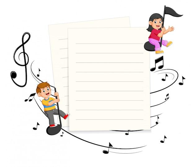 Due bambini che guidano le note musicali con fondo in bianco di carta Vettore Premium