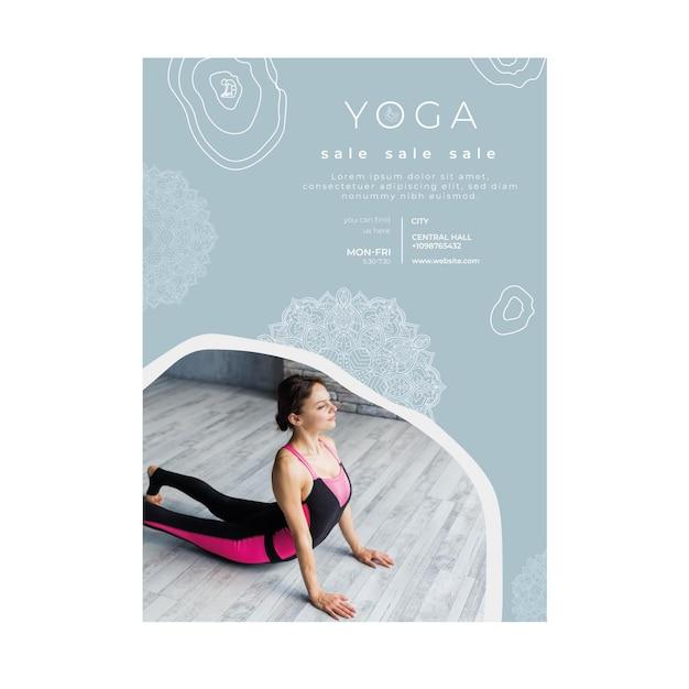 Modello di volantino verticale per la pratica dello yoga Vettore Premium