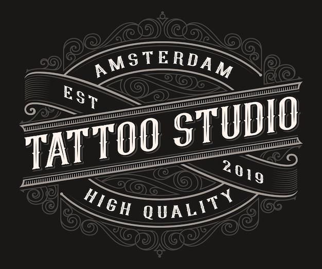 Logo del tatuaggio vintage sullo sfondo scuro. tutti gli elementi e il testo sono in gruppi separati Vettore Premium