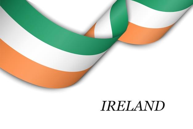 Sventolando il nastro con la bandiera dell'irlanda. Vettore Premium