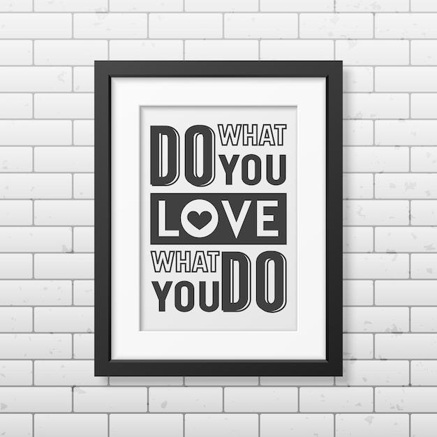 Fai quello che ami, ama quello che fai - cita lo sfondo tipografico in una cornice nera quadrata realistica sullo sfondo del muro di mattoni. Vettore Premium
