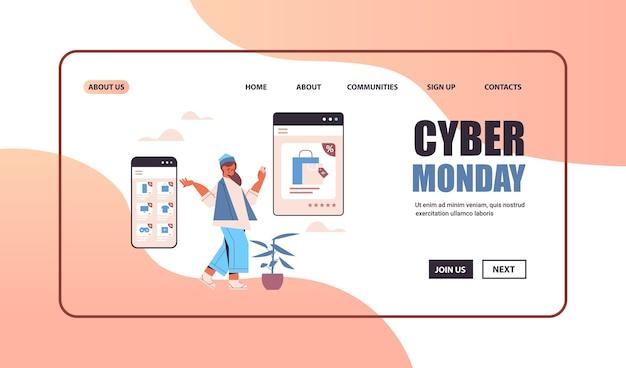 Donna che sceglie le merci sullo schermo dello smartphone shopping online cyber lunedì grande vendita concetto copia spazio Vettore Premium