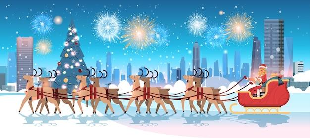 Donna in costume di babbo natale in sella alla slitta con le renne felice anno nuovo buon natale festa celebrazione concetto fuochi d'artificio nel cielo paesaggio urbano sfondo illustrazione vettoriale orizzontale Vettore Premium