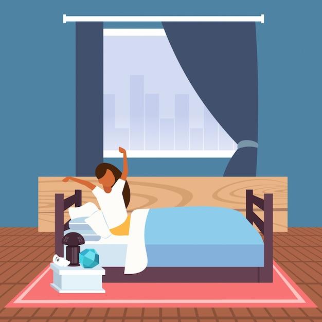 Donna che allunga le braccia svegliarsi la mattina afican americana ragazza seduta sul letto dopo la buona notte dormire interni moderni camera da letto appartamento Vettore Premium