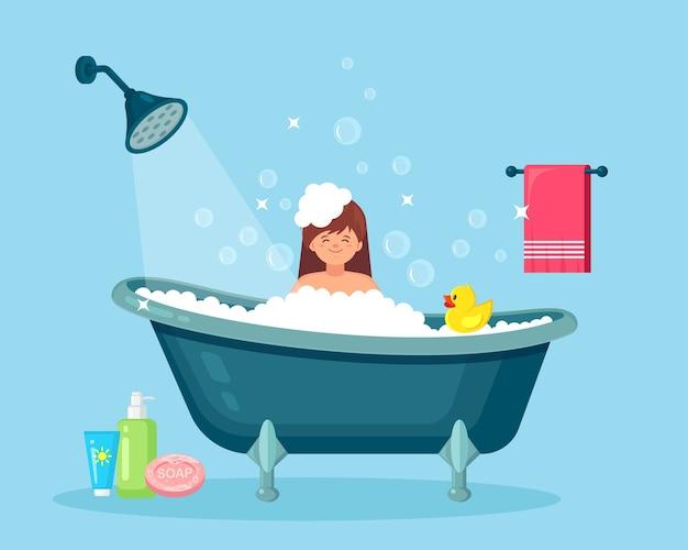 Donna che cattura il bagno in bagno. lavare i capelli, il corpo con shampoo, sapone. vasca da bagno piena di schiuma con bolle Vettore Premium