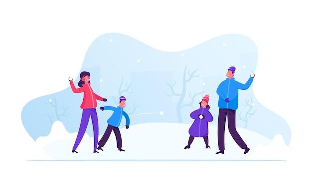Giovane famiglia felice di genitori e bambini che giocano a palle di neve e divertirsi sulla neve in una giornata invernale. cartoon illustrazione piatta Vettore Premium