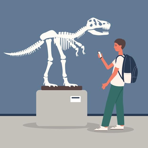 Giovane uomo alla sala espositiva del museo di archeologia Vettore Premium
