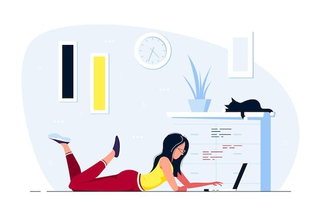 Giovane donna a casa sdraiato sul pavimento e lavora al computer. lavoro a distanza, home office, concetto di autoisolamento. illustrazione di stile piatto. Vettore Premium