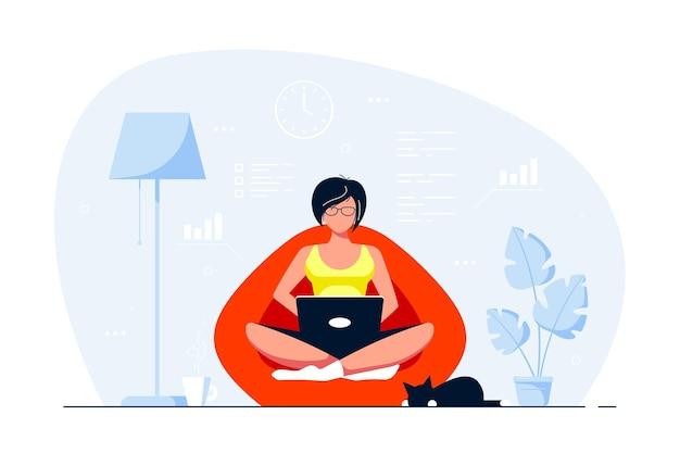 Giovane donna a casa seduta nella borsa della sedia e lavora al computer. lavoro a distanza, home office, concetto di autoisolamento. illustrazione di stile piatto. Vettore Premium
