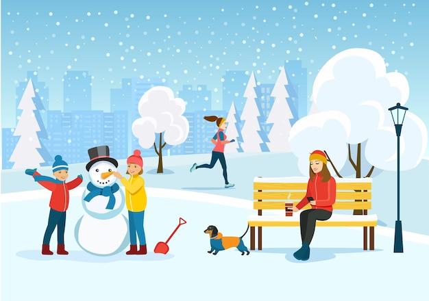 Giovane donna che si distende sulla panchina, donna in esecuzione e bambini felici scolpisce un pupazzo di neve al parco. Vettore Premium