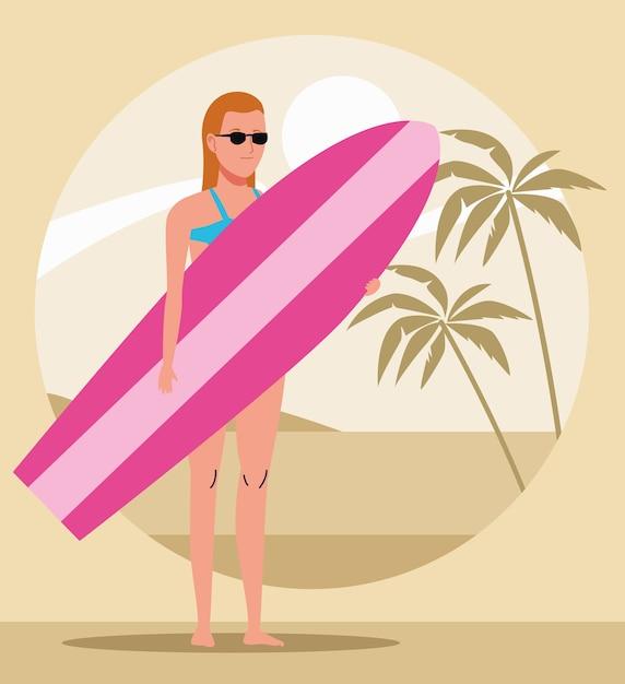Giovane donna che indossa il costume da bagno con carattere di tavola da surf Vettore Premium