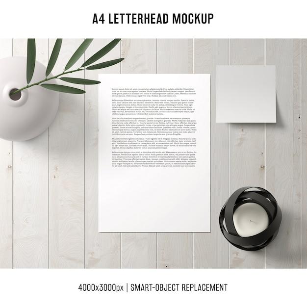 A4 briefpapier mockup op houten tafel Gratis Psd