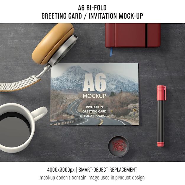 A6 tweevoudig wenskaartmodel met koffie Gratis Psd