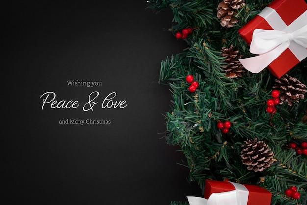 Adornos navideños en el borde sobre un fondo negro con copyspace PSD gratuito