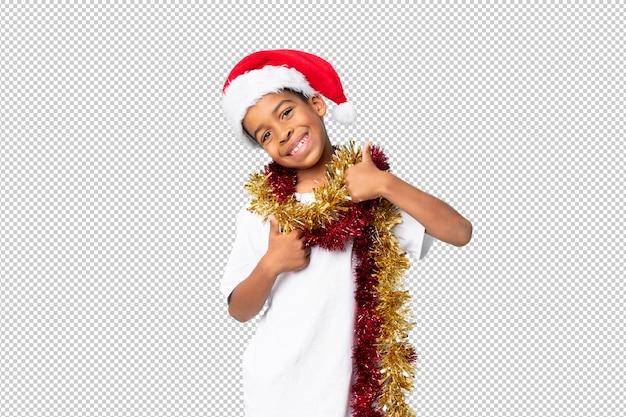 Afro-amerikaanse jongen met kerstmuts met duimen omhoog omdat er iets goeds is gebeurd Premium Psd