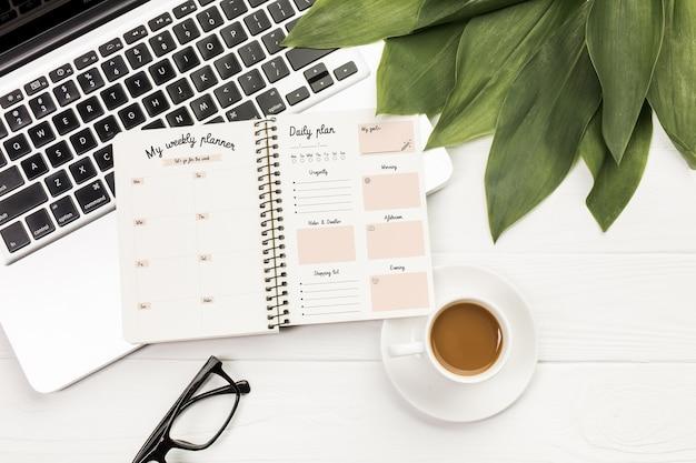 Agenda met wekelijkse en dagelijkse planner Gratis Psd