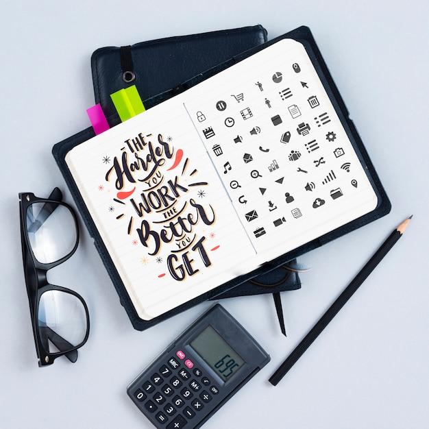 Agenda op het bureau met motiverende citaat Gratis Psd