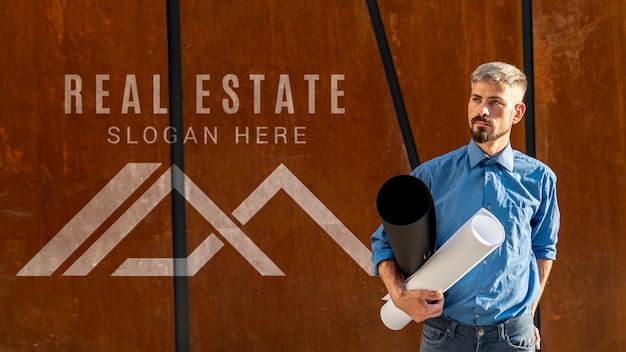 Agente inmobiliario y logo sobre fondo de madera PSD gratuito