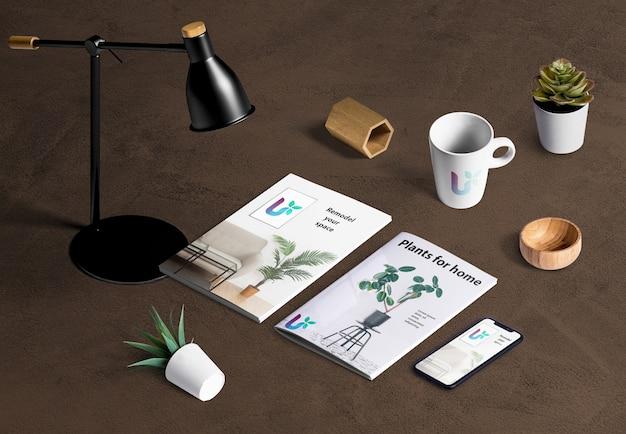 Alto ángulo del creador de escenas de escritorio con elementos vegetales. PSD gratuito