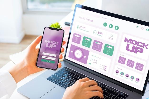 Alto ángulo de empresario trabajando en ordenador portátil y smartphone PSD gratuito