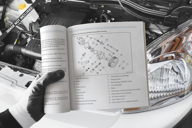 Apra il libro quadrato nel modello della mano dei meccanici Psd Premium