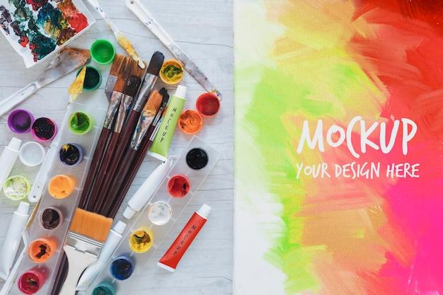 Aquarellen en penselen schilderen met mock-up Gratis Psd