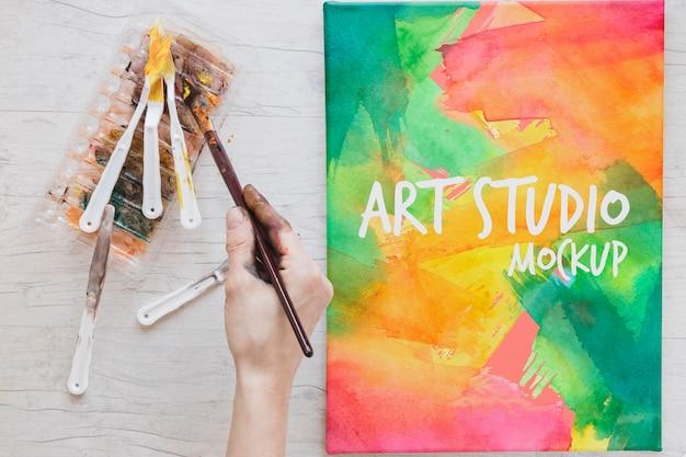 Aquarellen en penselen schilderen op bureau Gratis Psd